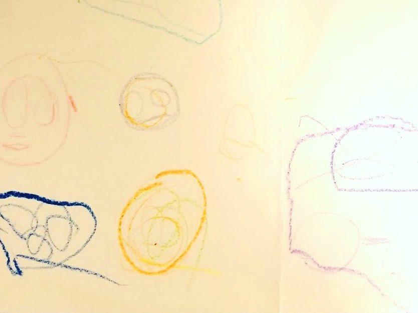 子どもがクレヨンで書いた絵