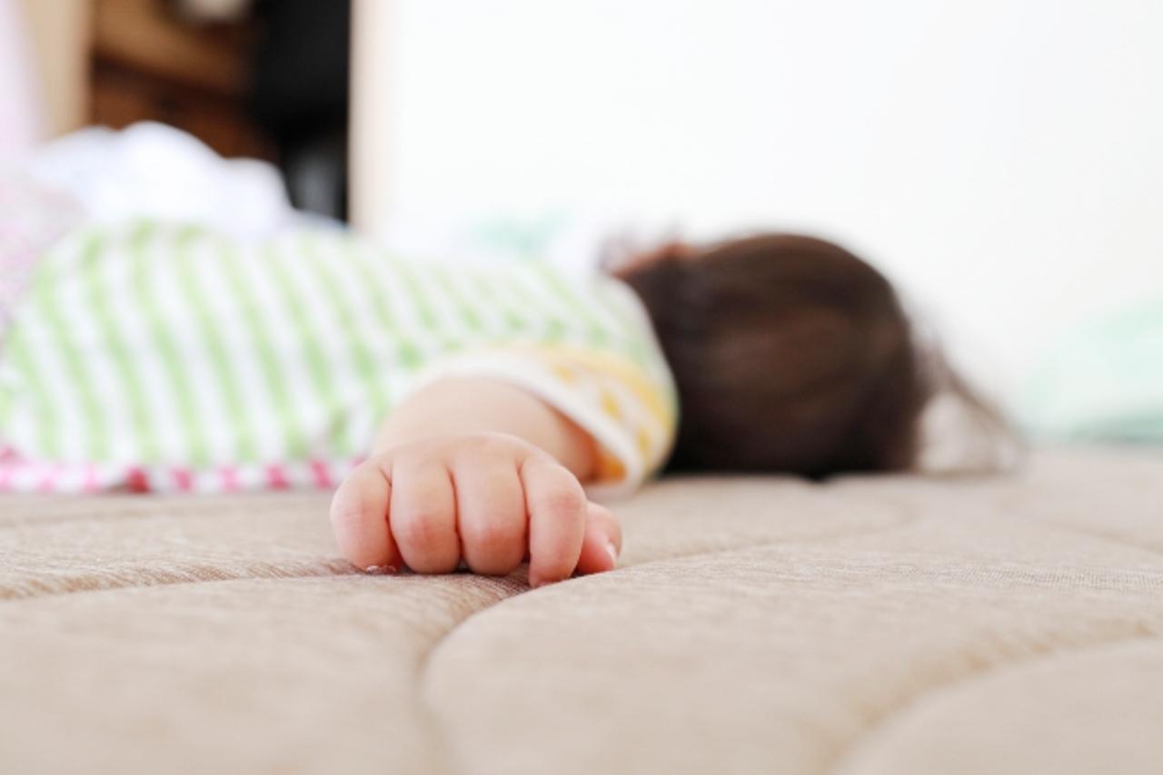 うつ伏せで寝てる赤ちゃん