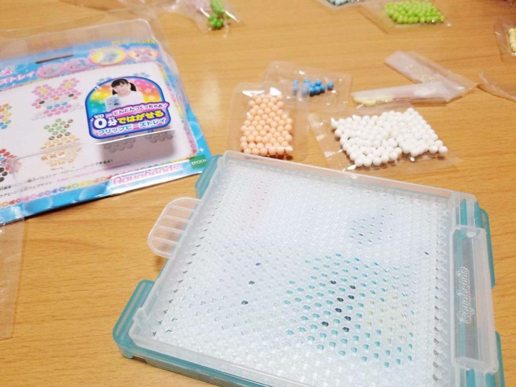 アクアビーズはエポック社から発売されている水でくっつくビーズのおもちゃ